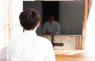 闇金関係のTVを見ているイメージ